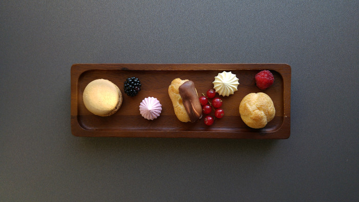 Hotell i Riga AC by Marriott rum petits fours